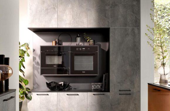 Häcker Küche mit Kupfer und Marmorfront