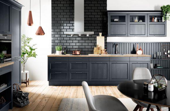 Moderne Landhausküche mit dunklen Fronten