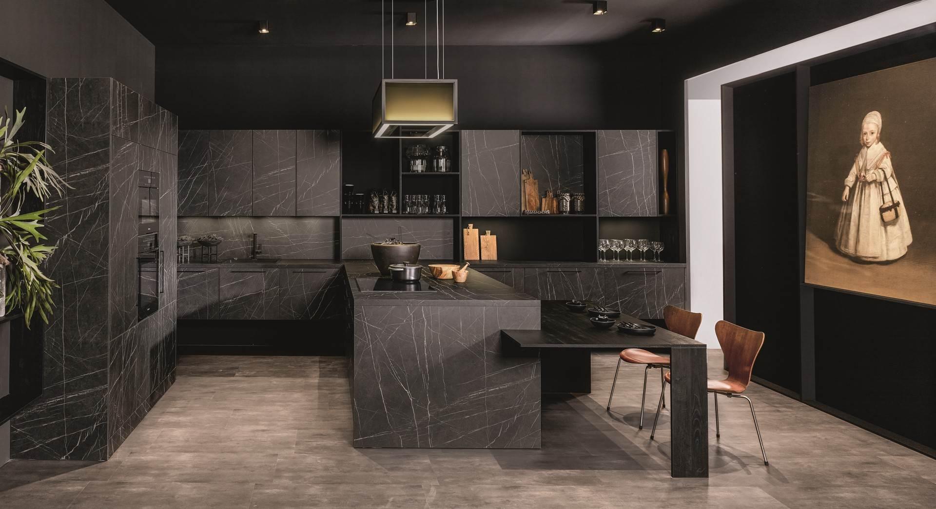 KH Küche mit schwarzen Marmorfronten - Küchentrends 2021