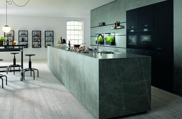 Küchentrends 2021 next125 Küche mit grünen Steinoberflächen